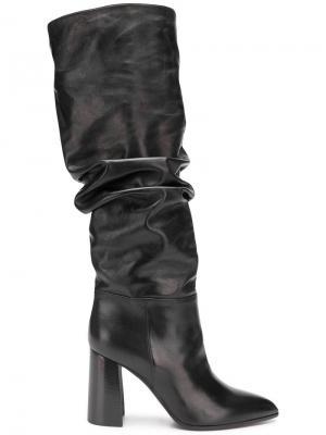 Сапоги по колено на наборном каблуке Deimille. Цвет: черный