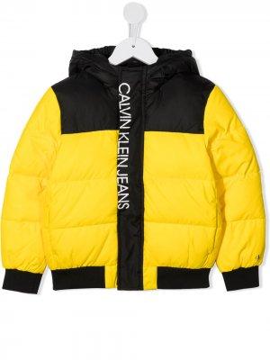 Пуховик с контрастными вставками Calvin Klein Kids. Цвет: желтый