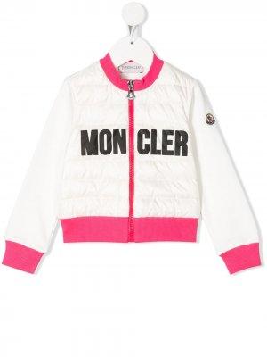 Пуховик с логотипом Moncler Enfant. Цвет: белый