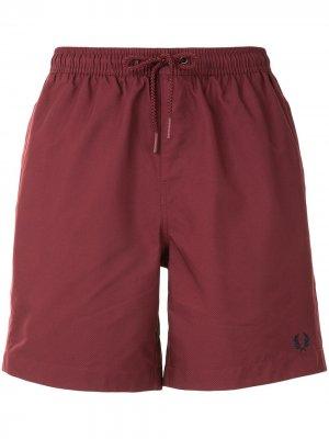 Плавки-шорты с логотипом Fred Perry. Цвет: красный