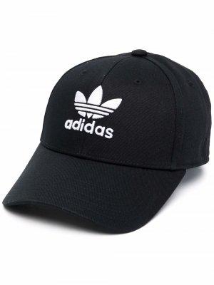 Кепка с вышитым логотипом adidas. Цвет: черный