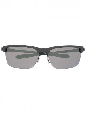 Солнцезащитные очки в прямоугольной оправе Oakley. Цвет: серый