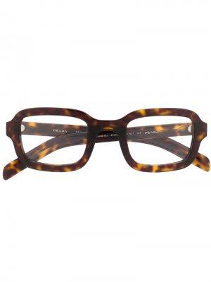 Очки в квадратной оправе Prada Eyewear. Цвет: коричневый