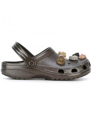 Stone embellished Crocs clogs Christopher Kane. Цвет: коричневый