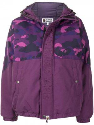 Пуховик с капюшоном и камуфляжным принтом A BATHING APE®. Цвет: фиолетовый