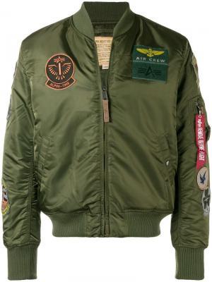 Куртка-бомбер м заплатками Alpha Industries. Цвет: зеленый