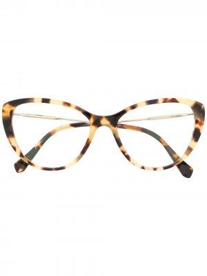 Очки в массивной оправе черепаховой расцветки Miu Eyewear. Цвет: коричневый