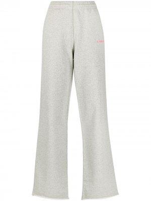 Расклешенные брюки с вышитым логотипом Helmut Lang. Цвет: серый