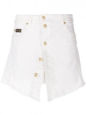 Джинсовая юбка на пуговицах Versace Jeans Couture. Цвет: белый