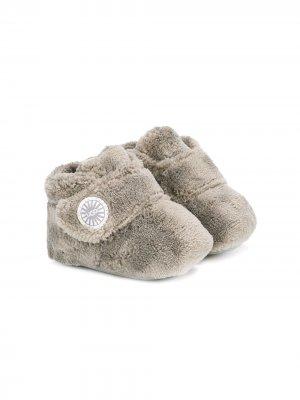 Ботинки из искусственного меха UGG Kids. Цвет: серый