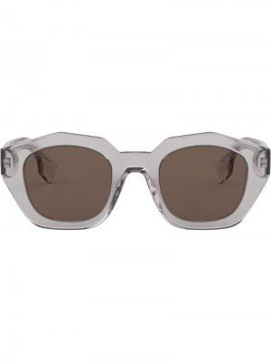 Солнцезащитные очки в оправе геометричной формы Burberry Eyewear. Цвет: серый