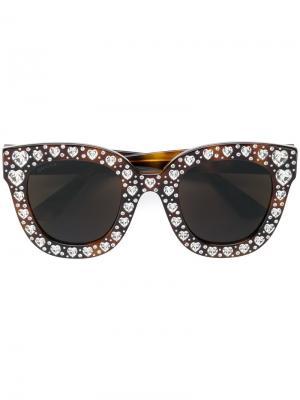 Солнцезащитные очки с кристаллами в форме сердец Gucci Eyewear. Цвет: коричневый