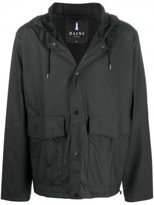 Короткий дождевик с карманом Rains. Цвет: черный