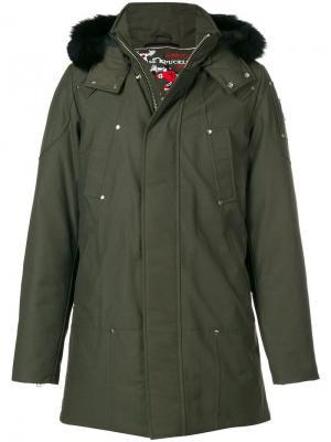 Пальто с меховым капюшоном Moose Knuckles. Цвет: зеленый