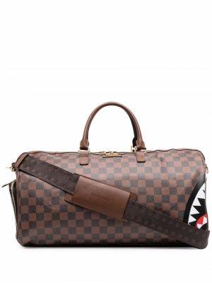 Дорожная сумка с нашивкой-логотипом Sprayground. Цвет: коричневый