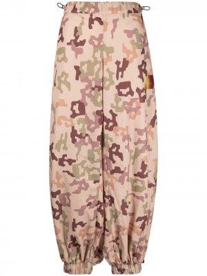 Зауженные брюки с камуфляжным принтом The Attico. Цвет: нейтральные цвета