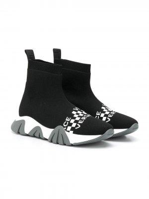 Высокие кроссовки-носки с логотипом Versace Kids. Цвет: черный