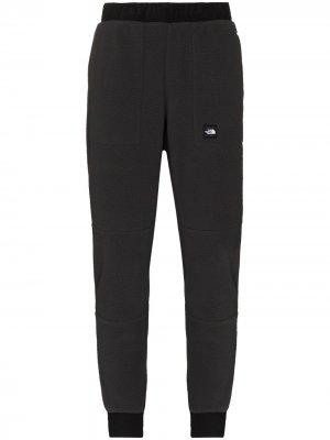 Спортивные брюки с нашивкой-логотипом The North Face. Цвет: серый