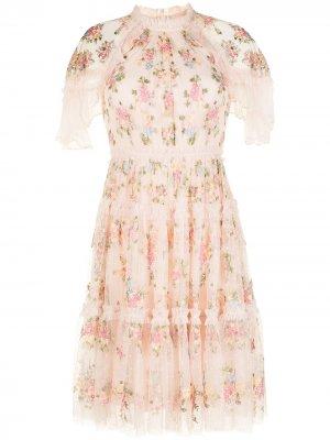 Платье с цветочной вышивкой и оборками Needle & Thread. Цвет: розовый