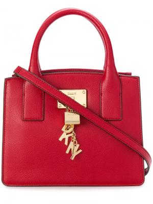 Маленькая сумка-тоут с подвеской логотипом Donna Karan. Цвет: красный