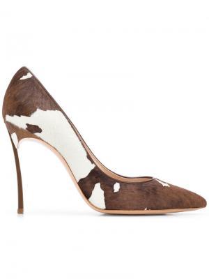 Туфли-лодочки с принтом коровьих пятен Casadei. Цвет: белый