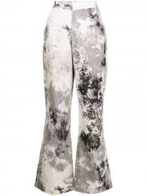 Расклешенные брюки с принтом тай-дай Bambah. Цвет: серый