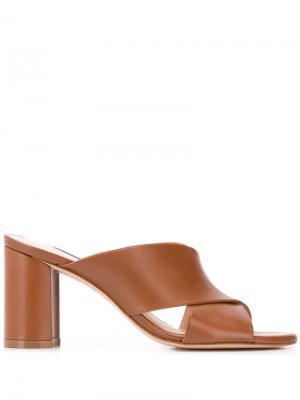 Босоножки на устойчивом каблуке Stuart Weitzman. Цвет: коричневый