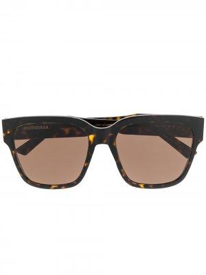 Солнцезащитные очки в массивной оправе Balenciaga Eyewear. Цвет: коричневый