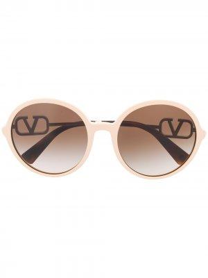 Солнцезащитные очки в круглой оправе Valentino Eyewear. Цвет: нейтральные цвета