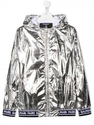 Куртка с эффектом металлик и логотипом Balmain Kids. Цвет: серебристый